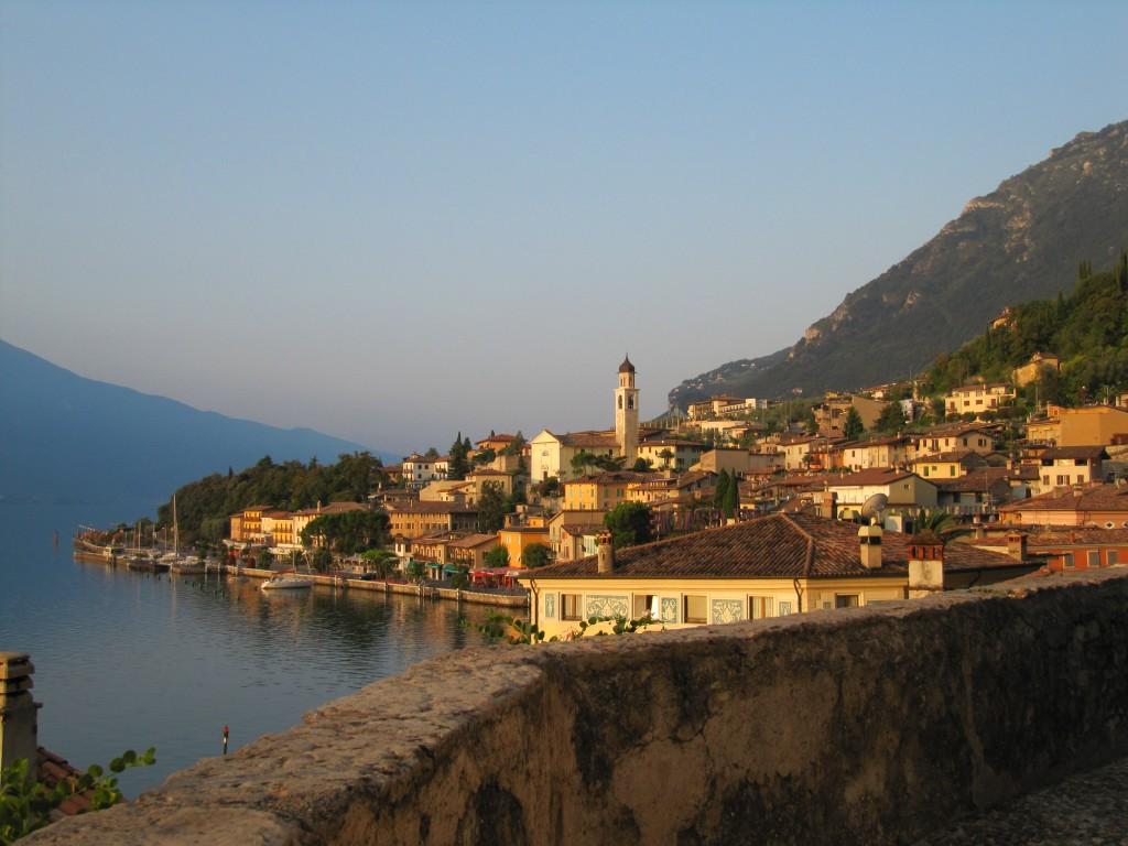 Zonsopgang in het dorpje Limone aan het Gardameer in Italië