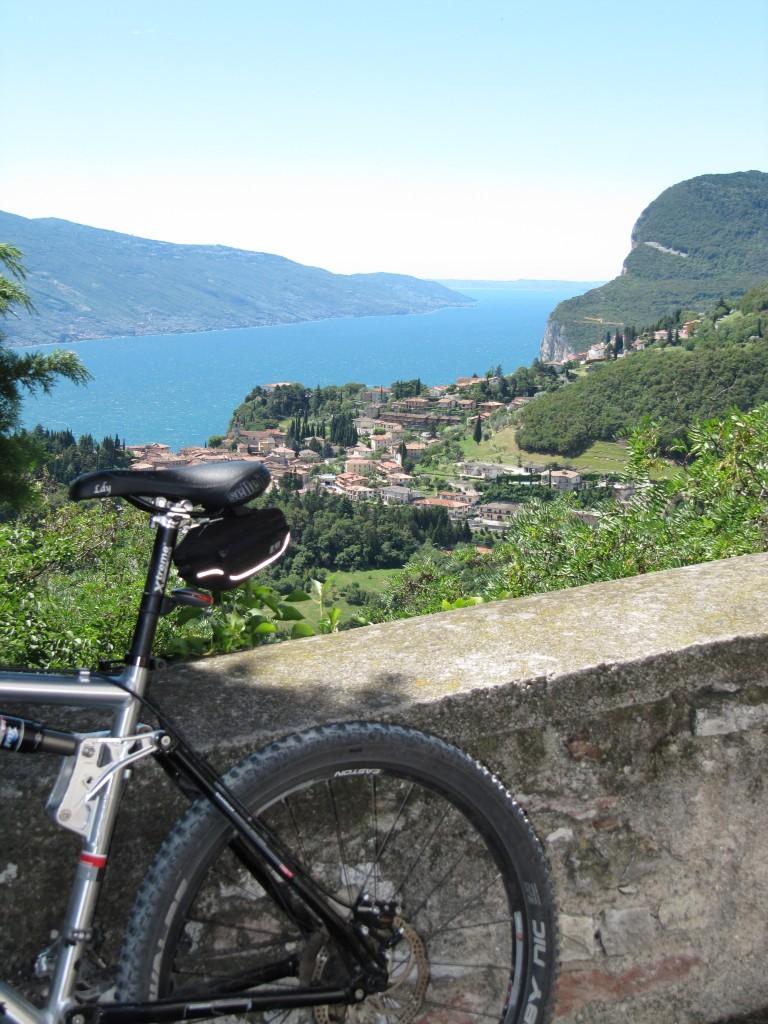 Mountainbike met het Gardameer op de achtergrond