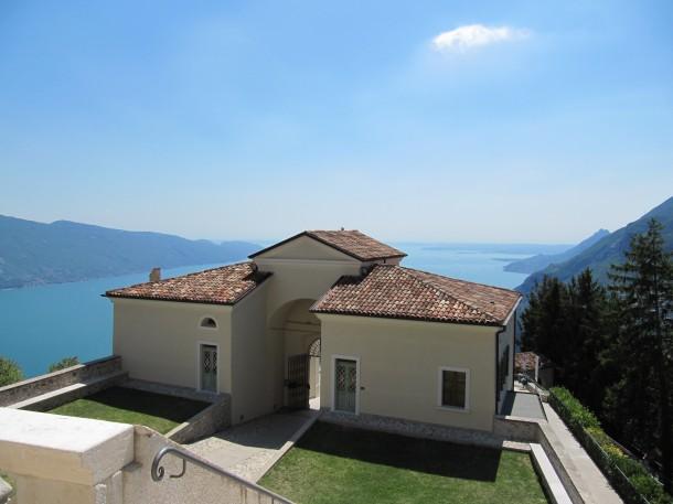 Een prachtig heiligdom met een betoverend panorama over het Gardameer