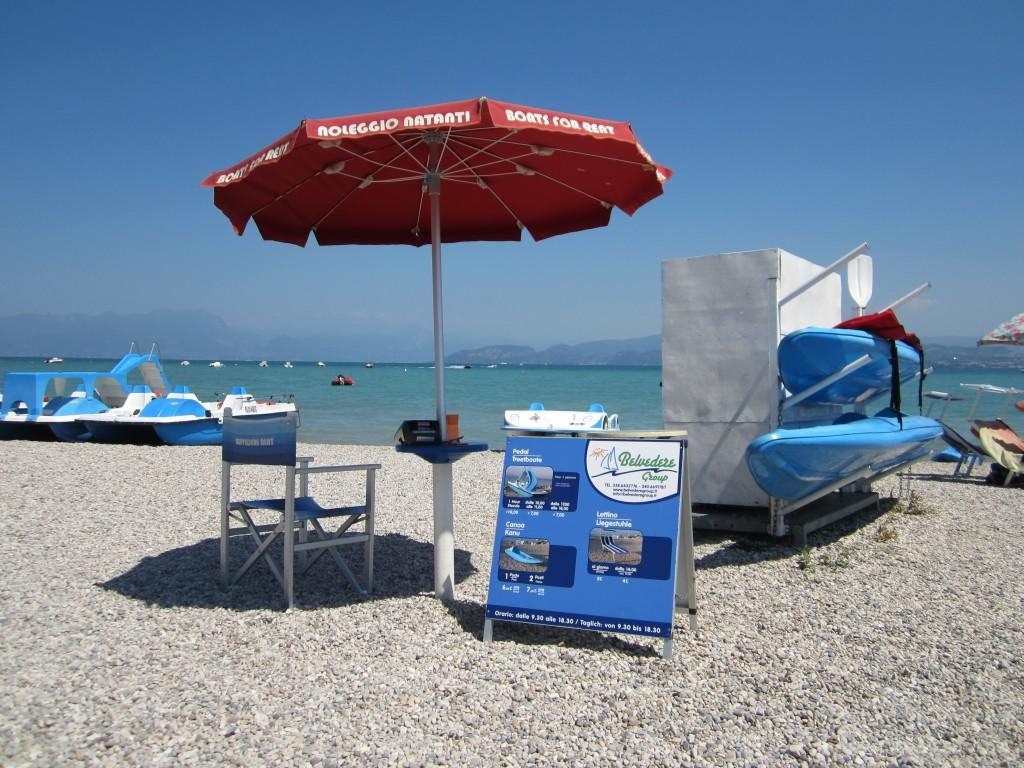 Pedalo's en kajaks huren op het strand van Peschiera del Garda