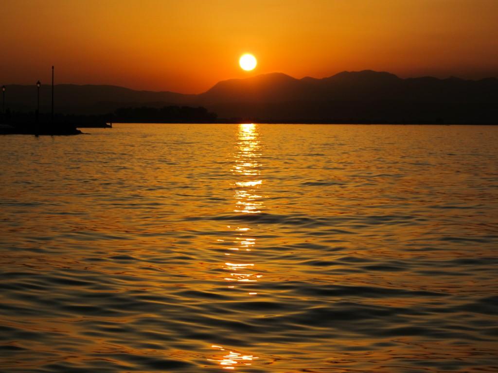 Een prachtige zonsondergang in Peschiera del Garda