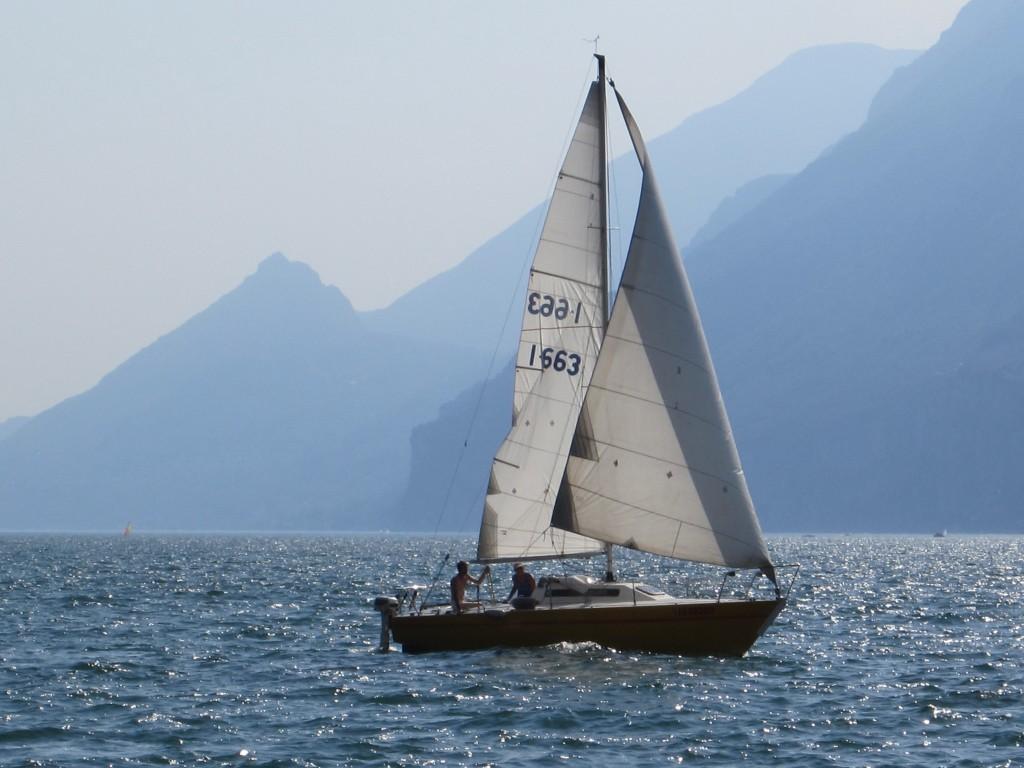Een zeilbootje op het Gardameer, gezien vanaf Malcesine