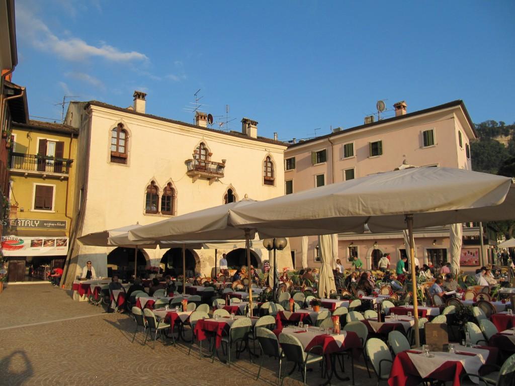 Een terrasje in het stadje Garda