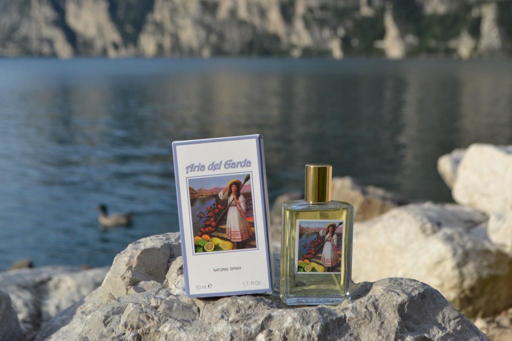 Parfum met het Gardameer op de achtergrond