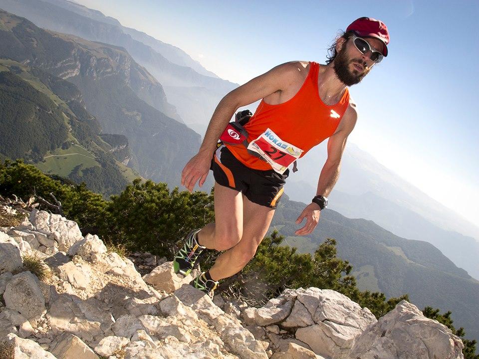Een van de deelnemers die de Monte Baldo aan het beklimmen is