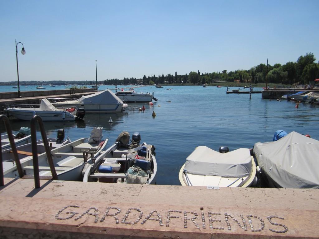 Gardafriends geschreven met schelpjes uit het Gardameer