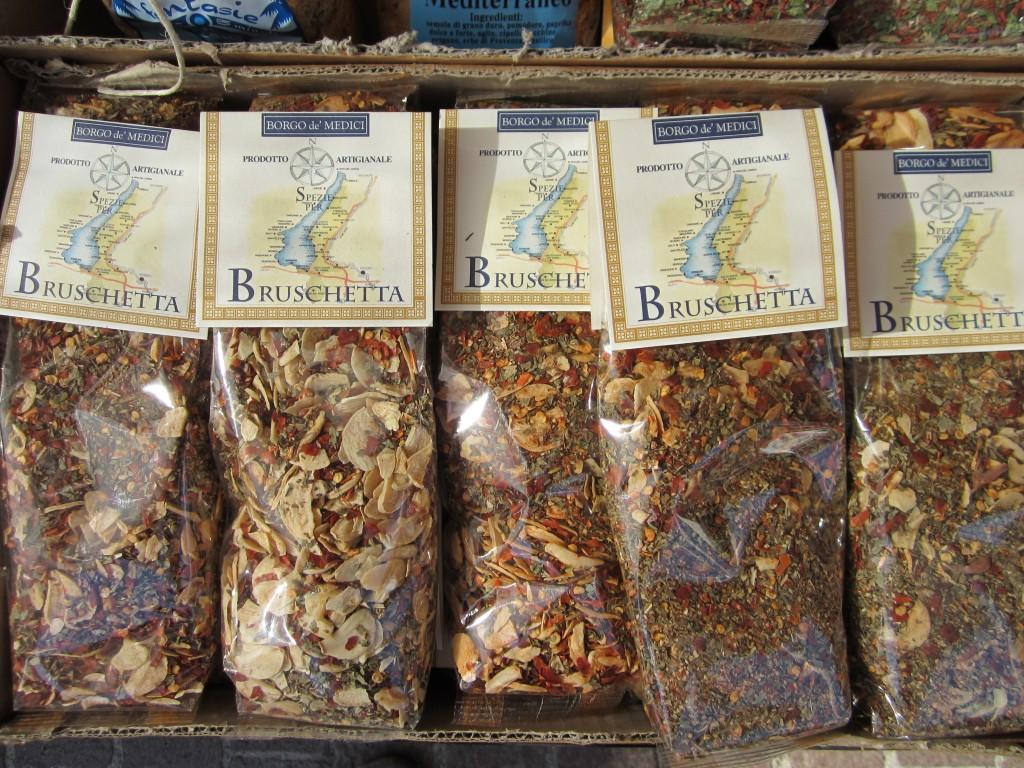 Kruiden kopen in één van de vele winkeltjes aan het Gardameer