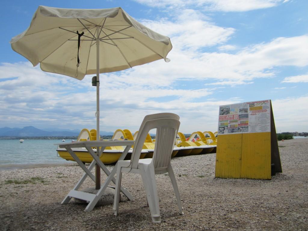 Gele waterfietsen op het strand ter hoogte van camping Bella Italia in Peschiera del Garda
