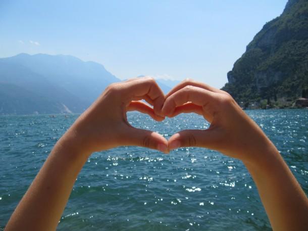Toon je liefde voor het Gardameer en maak een hartje met je handen