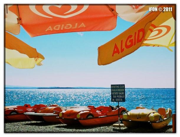 Waterfietsen op het strand van het Gardameer
