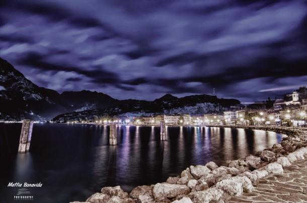 Donkere wolken boven het Gardameer