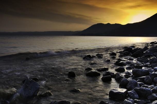 Een prachtige zonsondergang aan het Gardameer