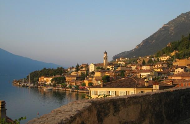 Het uitzicht vanaf deze kapel in Limone sul Garda