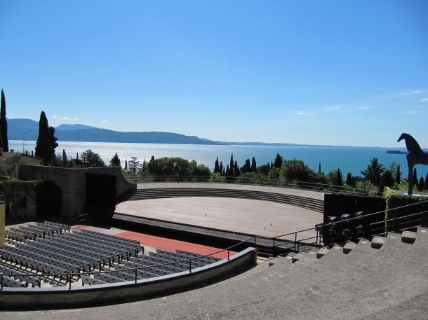Theater met zicht op het Gardameer