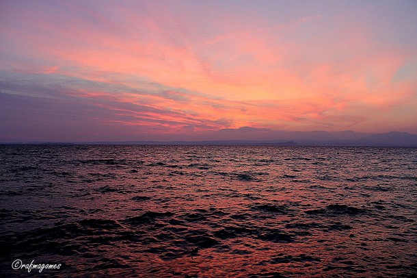 Een prachtige zonsondergang boven het meer