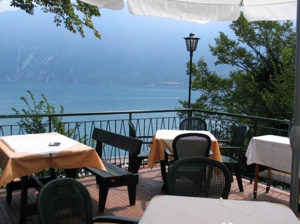 Een restaurantje met uitzicht over het dorpje Limone sul Garda en het Gardameer