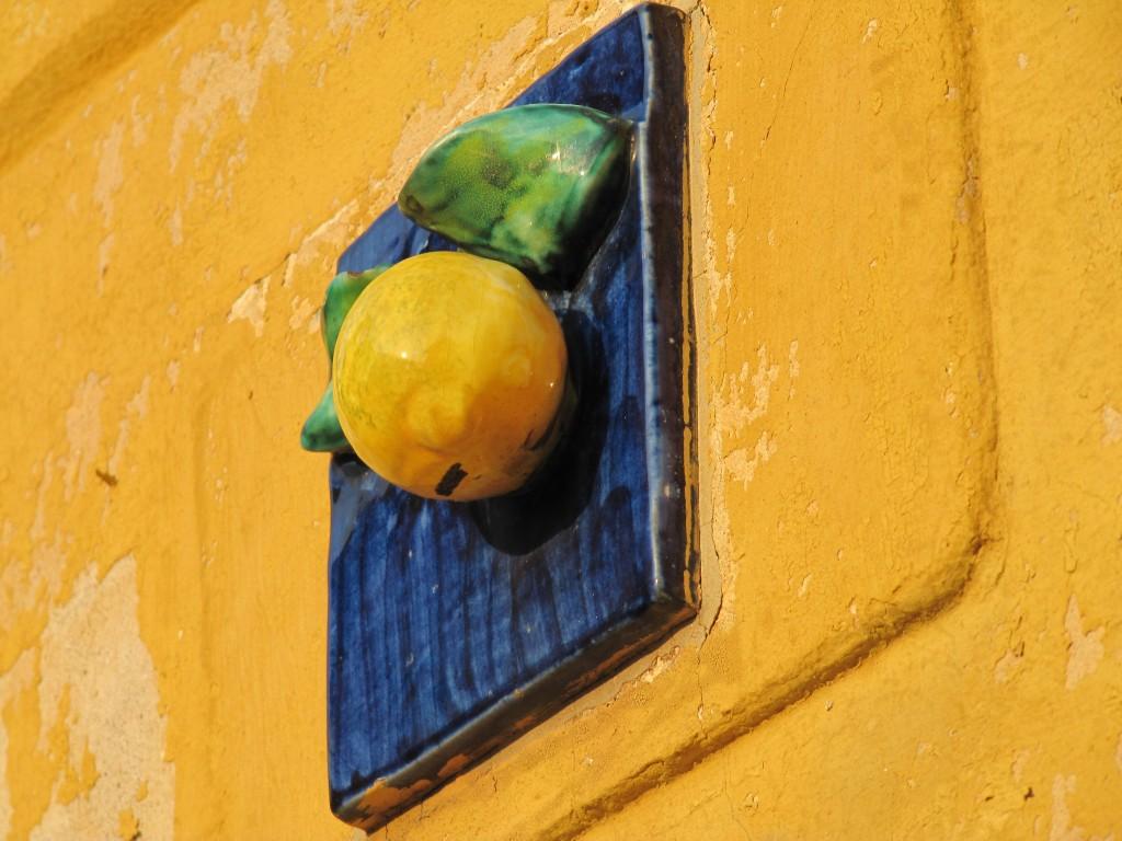 Een citroen tegen een muur in Limone sul Garda. Een populair souvenir...