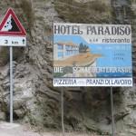 """Onderweg maakt hotel Paradiso al reclame voor het beroemde """"griezelterras"""" in Trémosine"""
