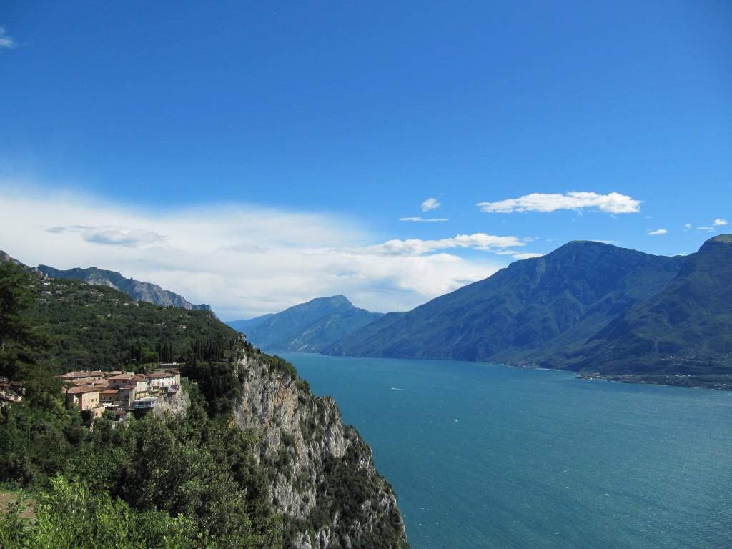 Een sprookjesachtig mooi panorama over het Gardameer
