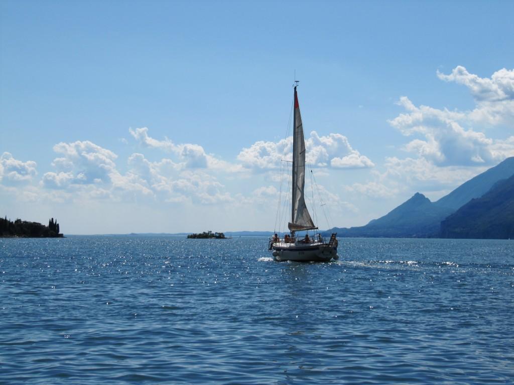 Een zeilboot op het Gardameer, gezien vanuit Malcesine