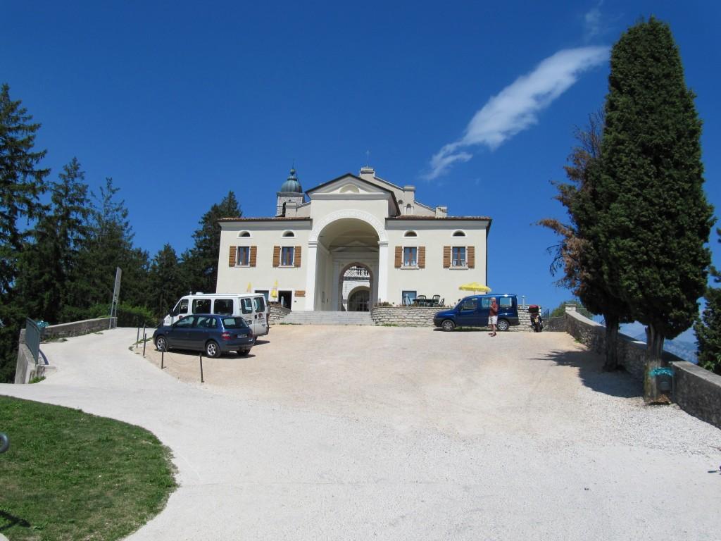 De parking voor Santuario di Montecastello