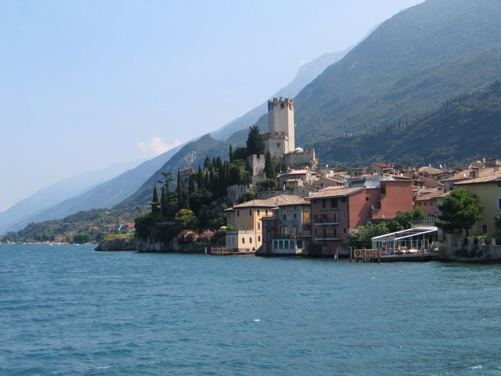 Het mooie dorpje Malcesine met het Castello, gezien vanaf het Gardameer