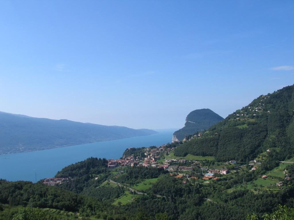 Een prachtig panorama over het Gardameer