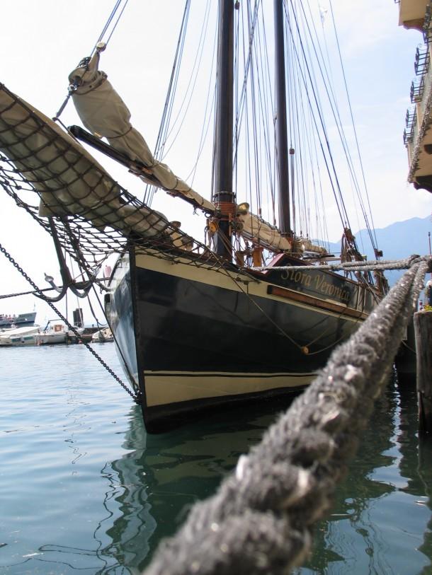 Een prachtige zeilboot in de haven van Malcesine