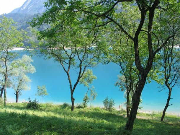 Het prachtige bergmeer met azuurblauw water
