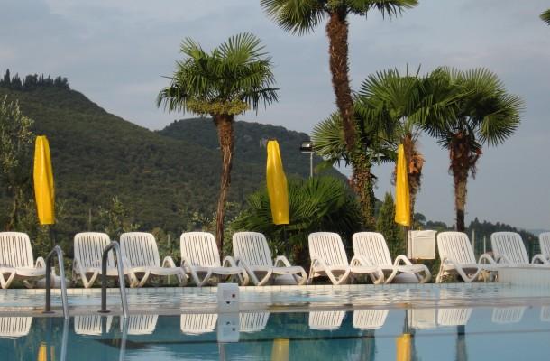 Hotel met zwembad, zicht op het Gardameer