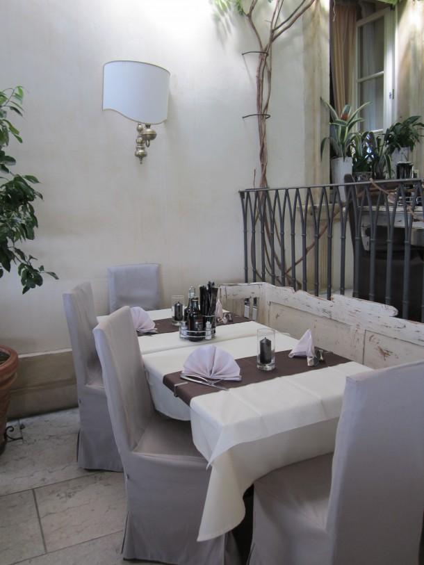 Het smaakvolle interieur van Café Restaurant classique in Lazise