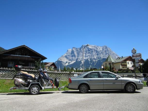 Stopplaats met de Zugspitze op de achtergrond