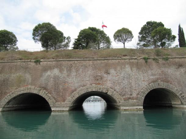 De oude omwalling van Peschiera del Garda