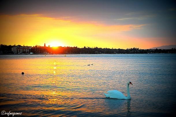 Een mooie zonsondergang aan het Gardameer