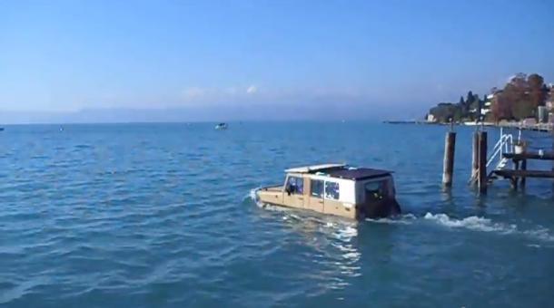 Met een amfibievoertuig op het Gardameer varen.