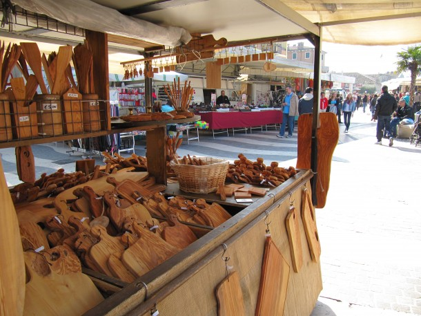 Een marktkraam op de markt in Lazise aan het Gardameer
