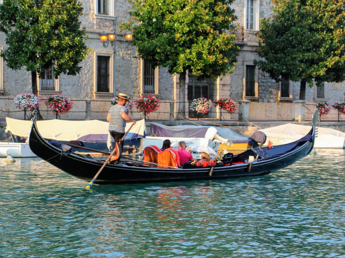 Gondel varen in Peschiera del Garda