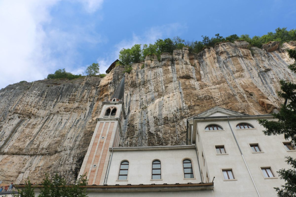 Gardameer kerk tegen de rotsen