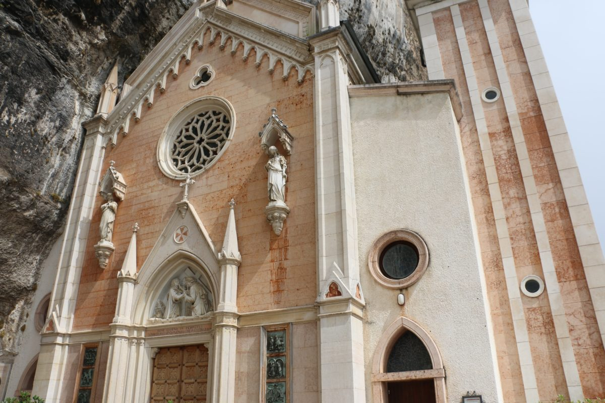Kerk tegen rots Gardameer